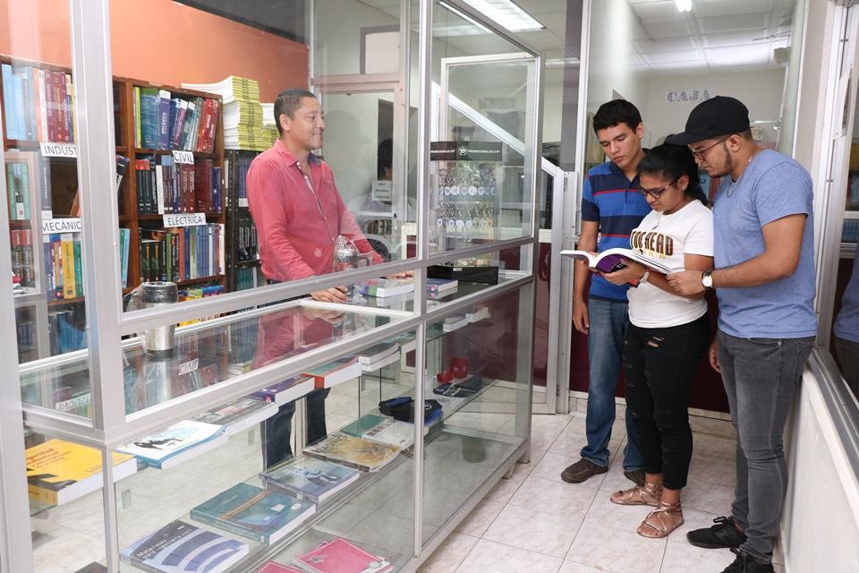 Atención del personal de librería a estudiantes de la UTP Chiriquí