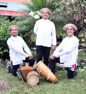 Estudiantes vestidos con un traje típico tradicional
